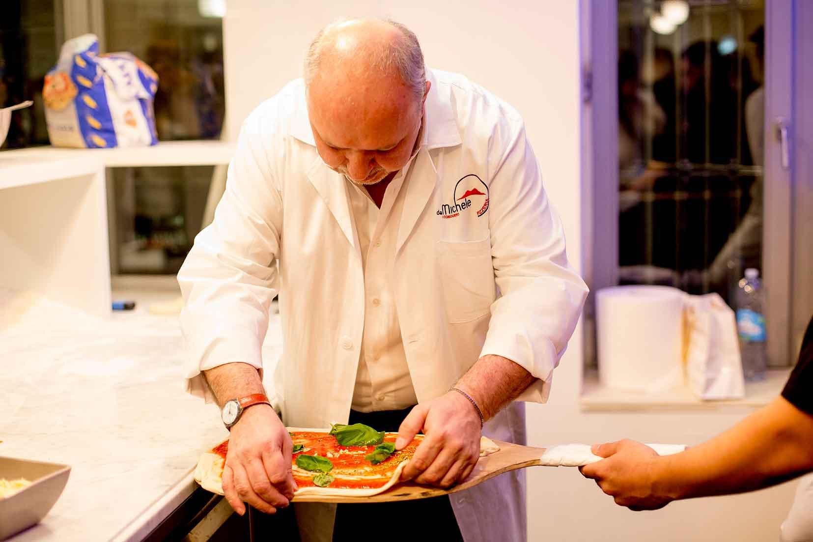 pizzeria-michele-i-condurro-milano-preparazione-pizza-pala
