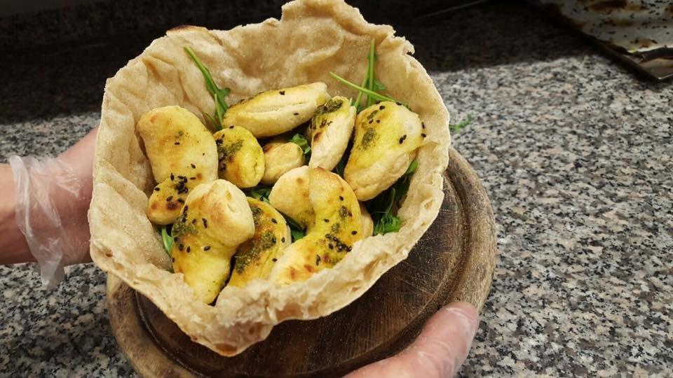 birreria-fermento-cornetti-salati-farina-macinata-a-pietra-speck-scamorza-cipolla-e-gocce-di-pesto