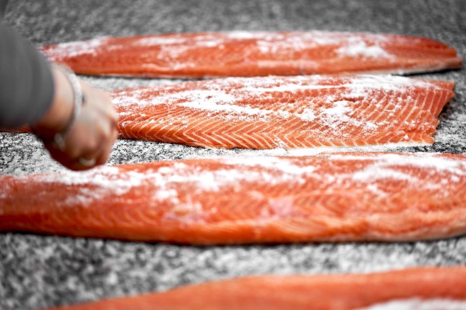 salmone-affumicato-salatura