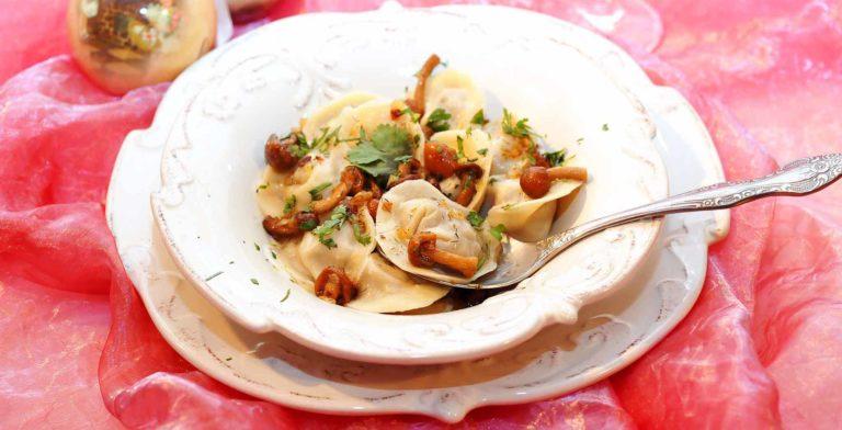 La ricetta dei pelmeni, cioè i ravioli farciti con cavolo e funghi per un pranzo vegano
