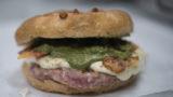 Napoli. Hamburger e pizza ma fritta nel panino SPOM 1945 di 12 Morsi con La Masardona