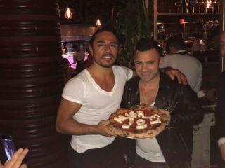 SaltBae incontra la pizza napoletana di Davide Civitiello e scatta il momento del sale