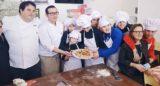 Pizza. Gennaro Esposito e Gino Sorbillo con i ragazzi della scuola Publio Virgilio Marone