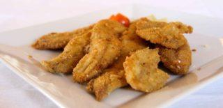 Lago d'Iseo. Mangiare Al Guelfo Negher o comprare i pesci per il fritto misto dall'ultimo pescatore