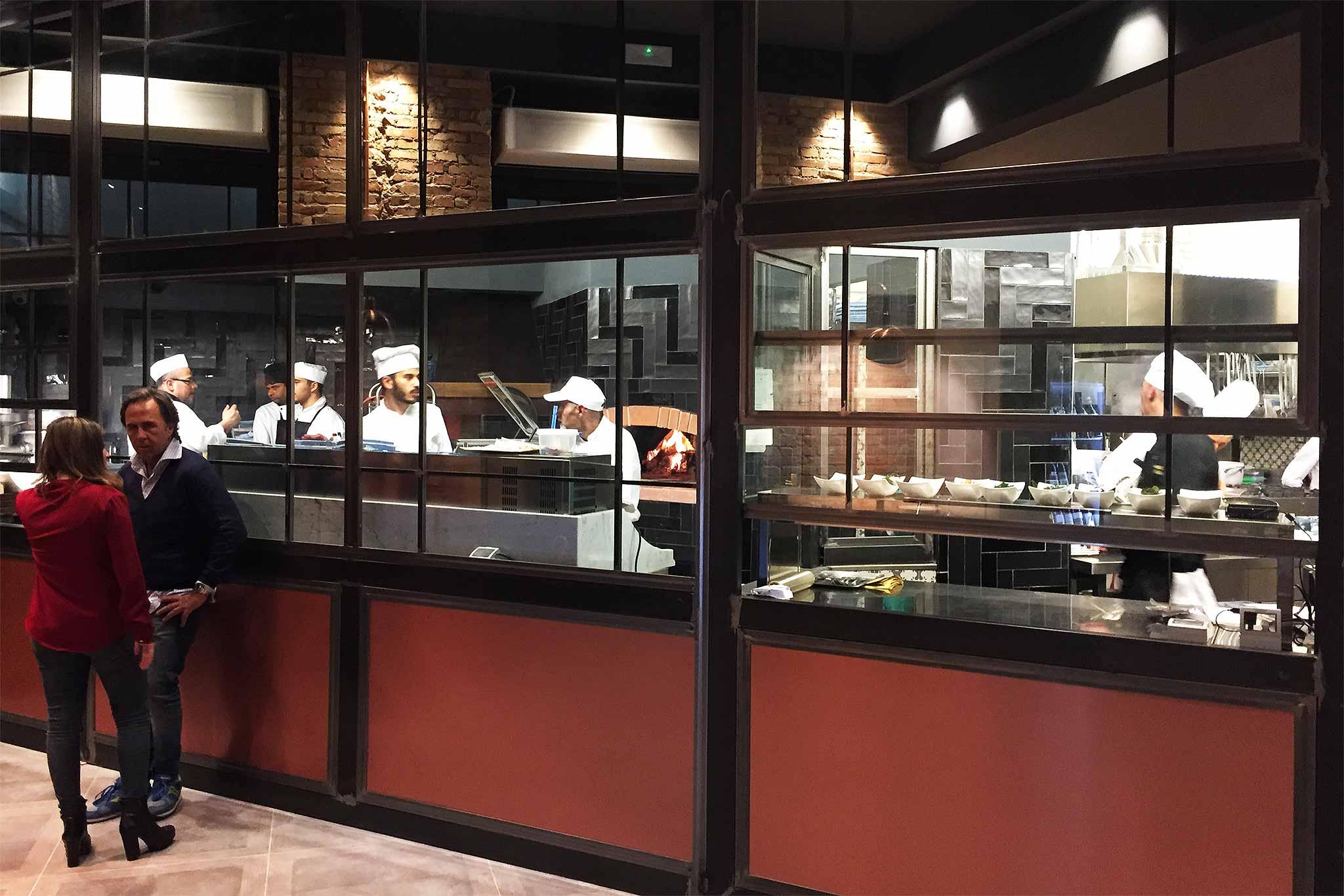 Roma i vitelloni mega ristorante da 700 mq che riapre con pizza hamburger e cucina di mare - Ristorante con tavoli all aperto roma ...