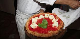 Enzo Coccia firma la pizza per Diego Armando Maradona, cittadino onorario di Napoli