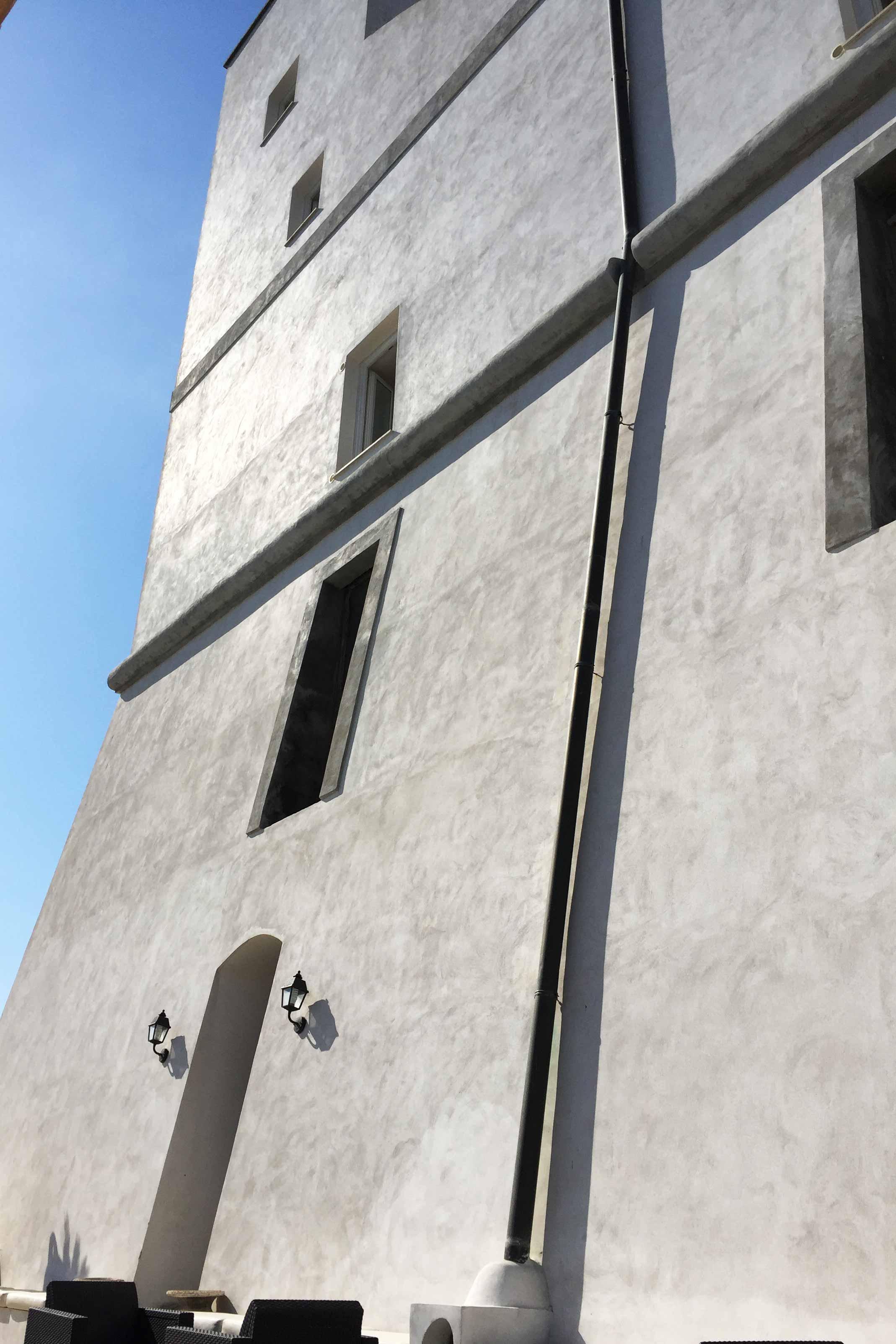 e6313bb2971b20 Uno degli hotel più belli dell'isola è Torre dei Borboni, una torre antica  a picco su mare con le stanze (130-160 €) che danno sul porto o sullo  Scoglio ...