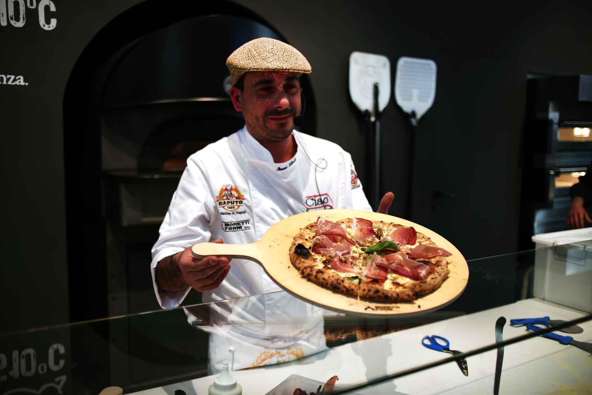 Il record di simone fortunato che cuoce 6 pizze nel for Cosa vuol dire forno statico