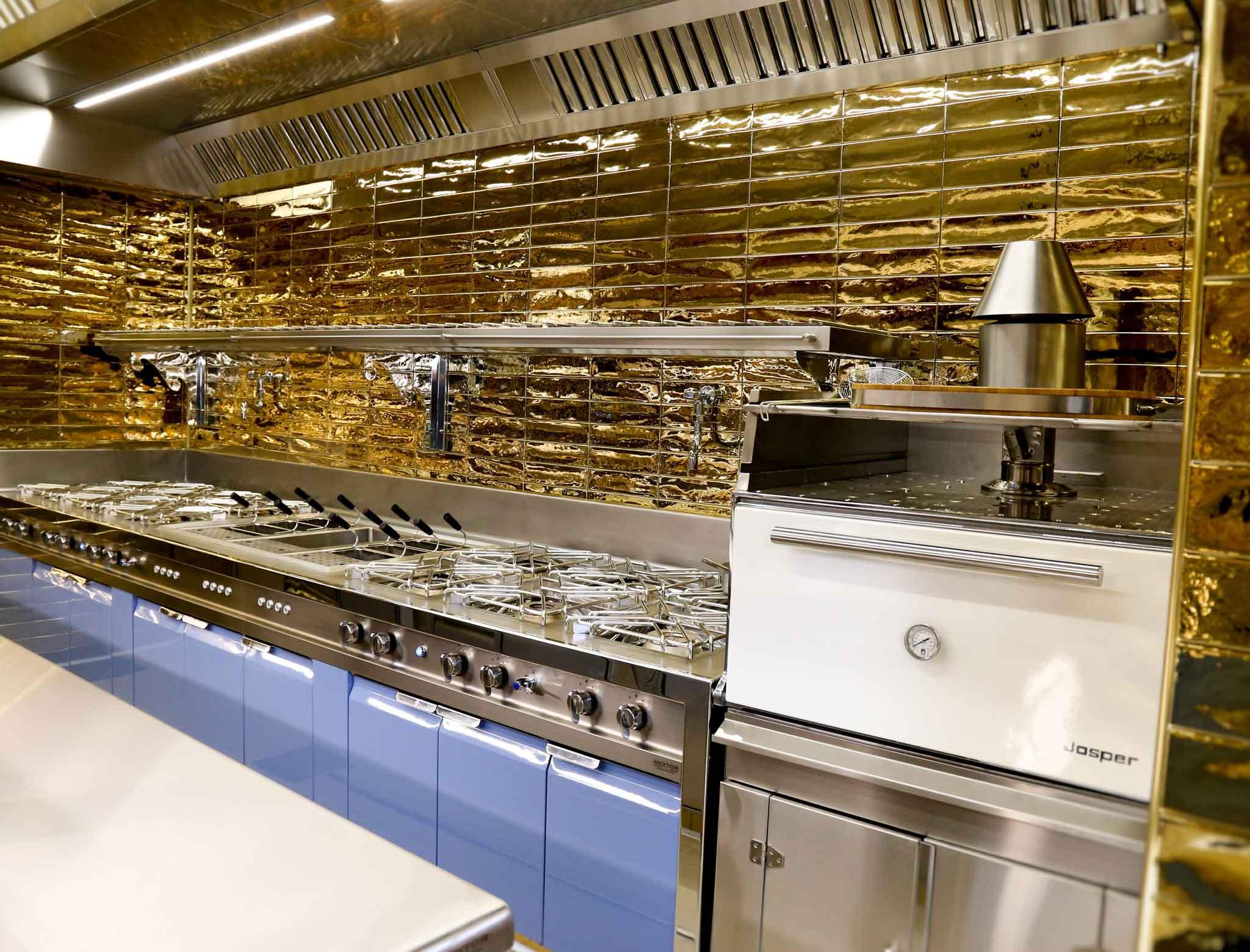Napoli pulizia qualit e tanto oro per a figlia d 39 marenaro che riapre pi esagerata di prima - Pulizia cucina ristorante ...