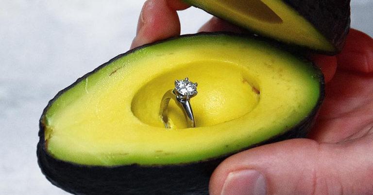 Avocado. I vegani lo vogliono con un anello di matrimonio