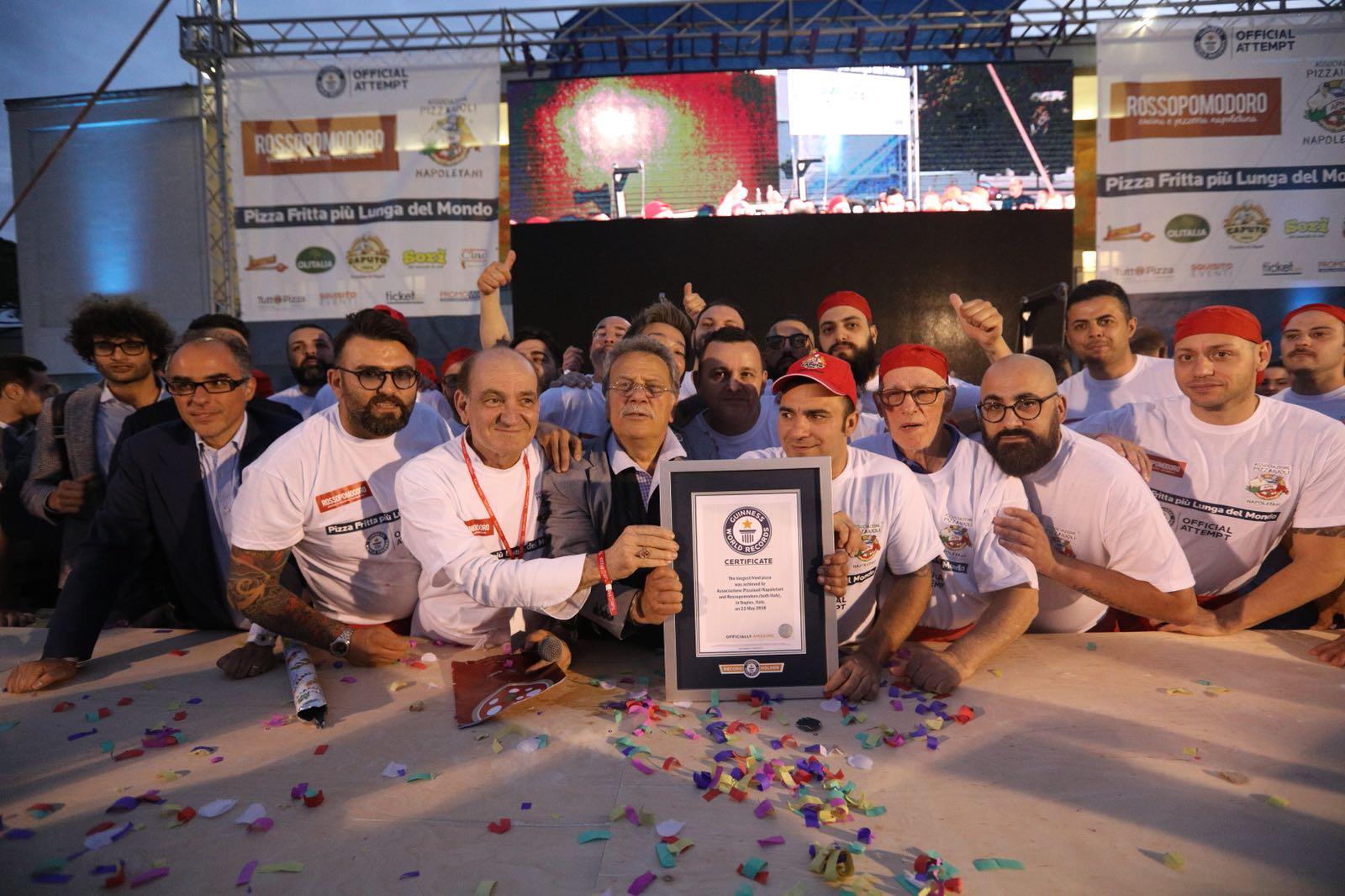 Napoli conquista il Guinness della pizza fritta più lunga del mondo con 715 centimetri