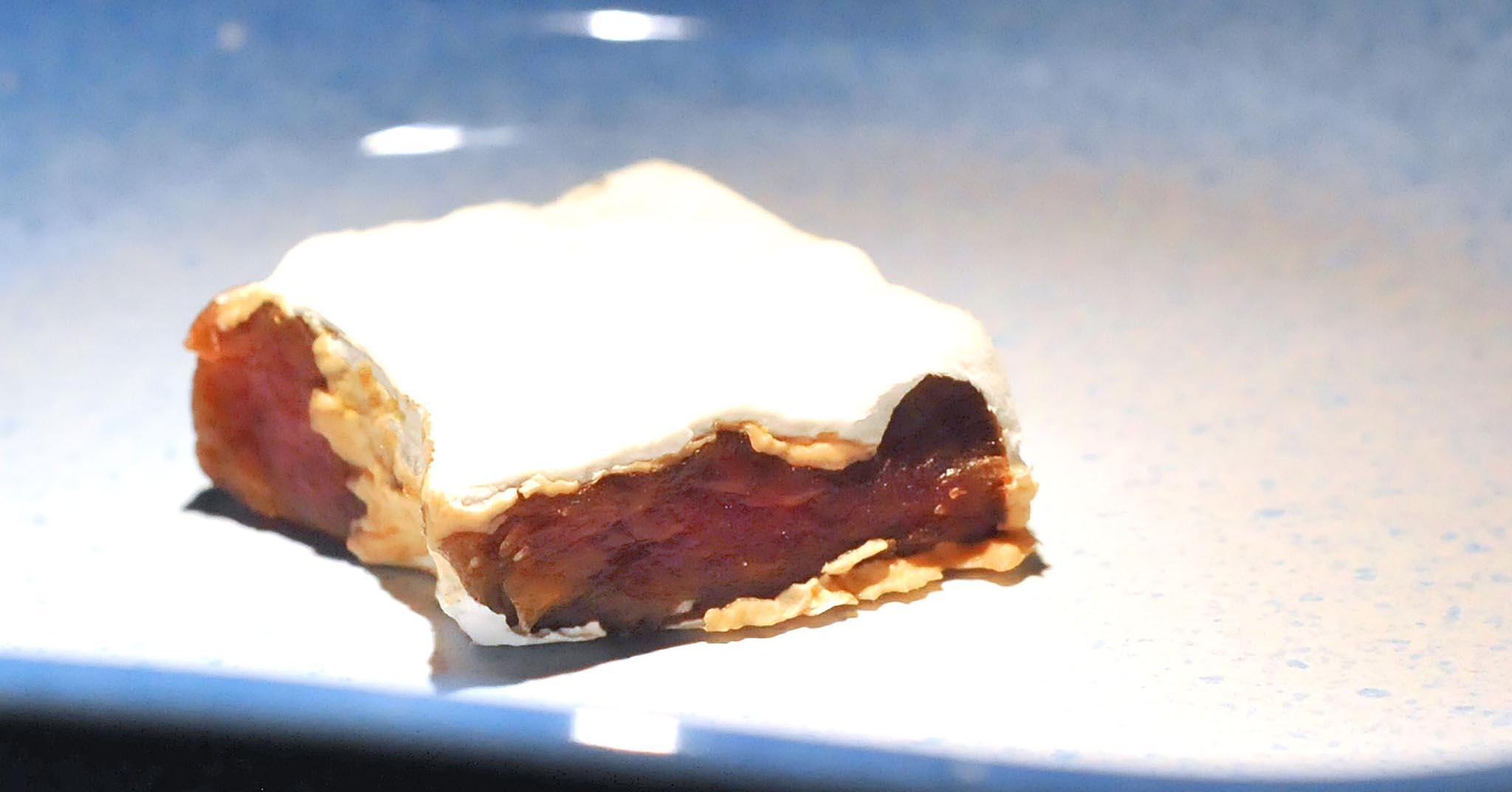 Da Aqua Crua Per Assaggiare La Carne Con La Muffa Che Sembra Un Brie