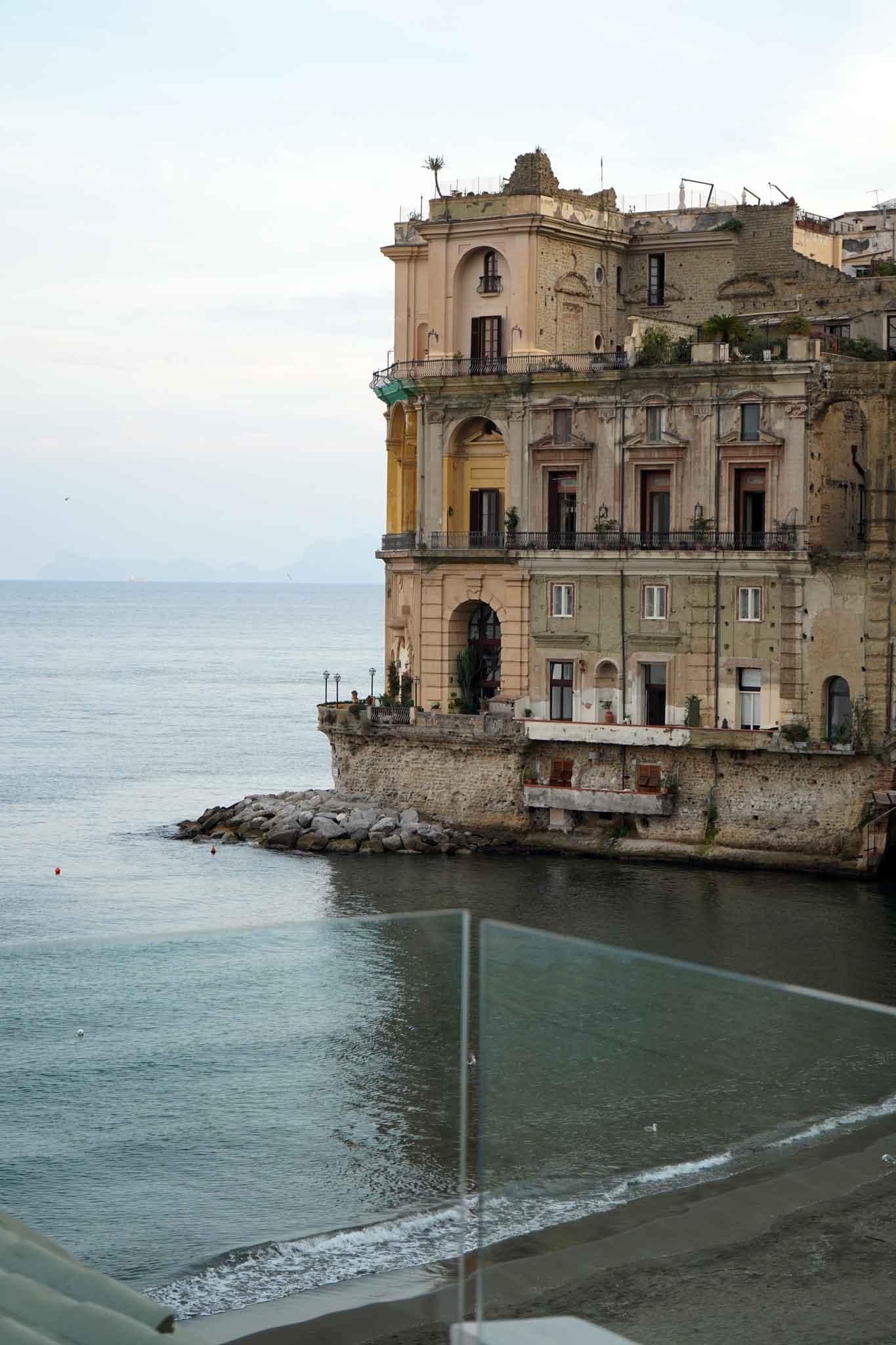 Napoli. L\'insostenibile bellezza della terrazza di Palazzo Petrucci