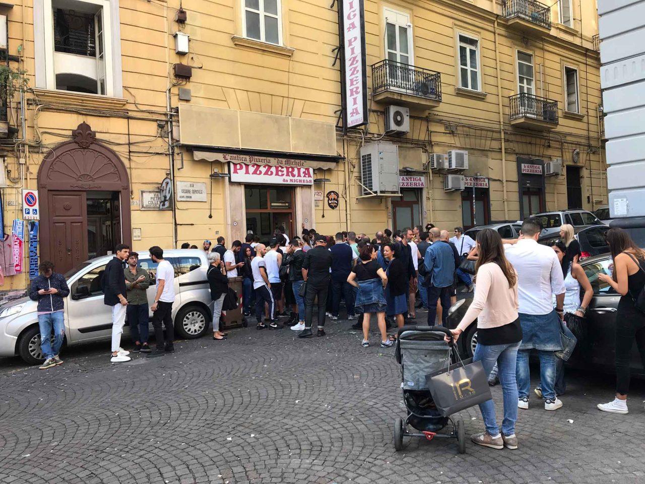 Antica Pizzeria Da Michele a Forcella Napoli fila per le pizze