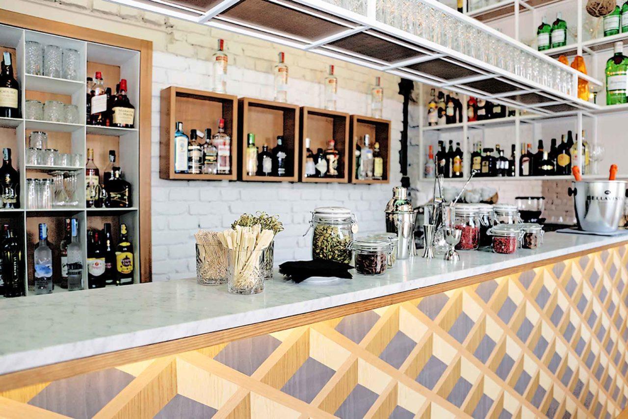 Bancone bar e ristoranti aperti al chiuso