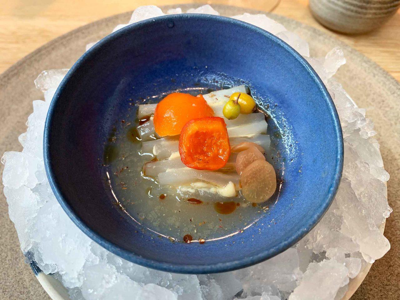 Un piatto del Noma di René Redzepi: Vescica natatoria di merluzzo al vapore con mela cotogna