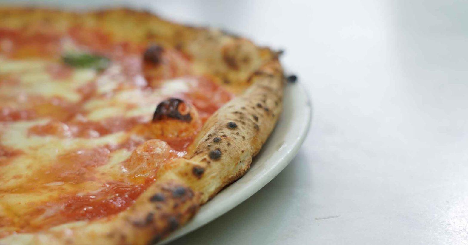 Pizza napoletana a ruota di carro fatta in casa Cornicione