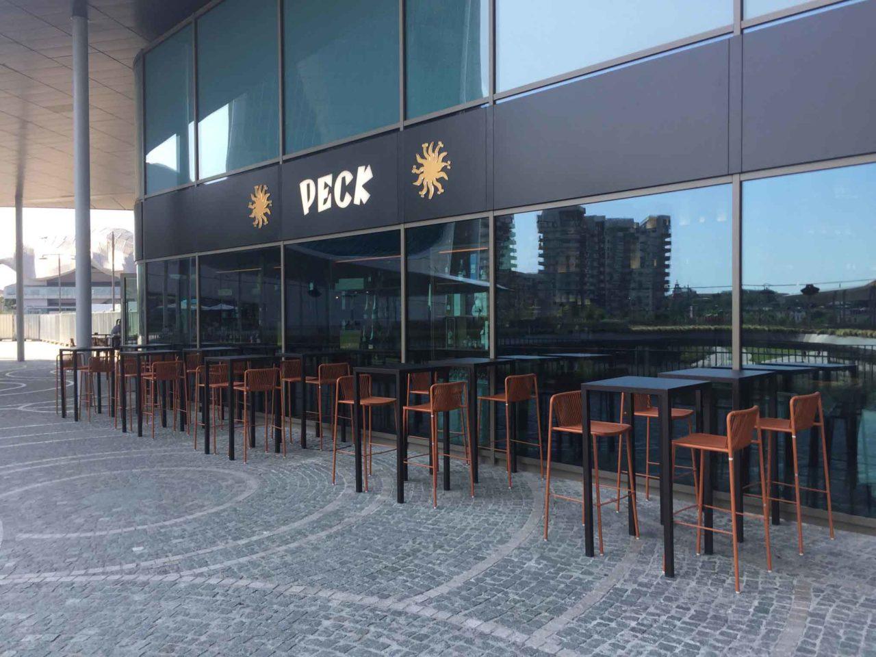 Tavolini all'esterno di Peck citylife