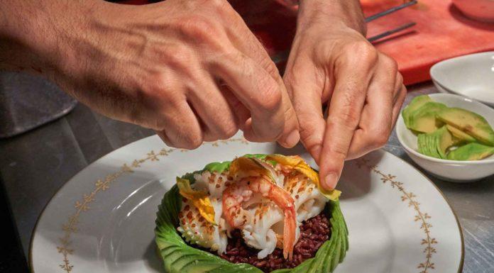 ricetta insalata di riso venere con avocado e gamberi