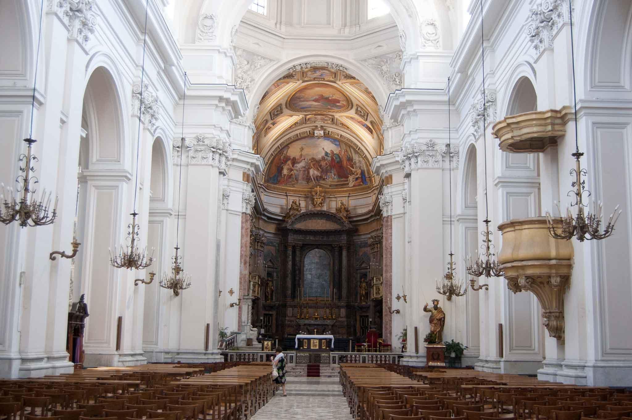 La maestosa navata del duomo di Aversa