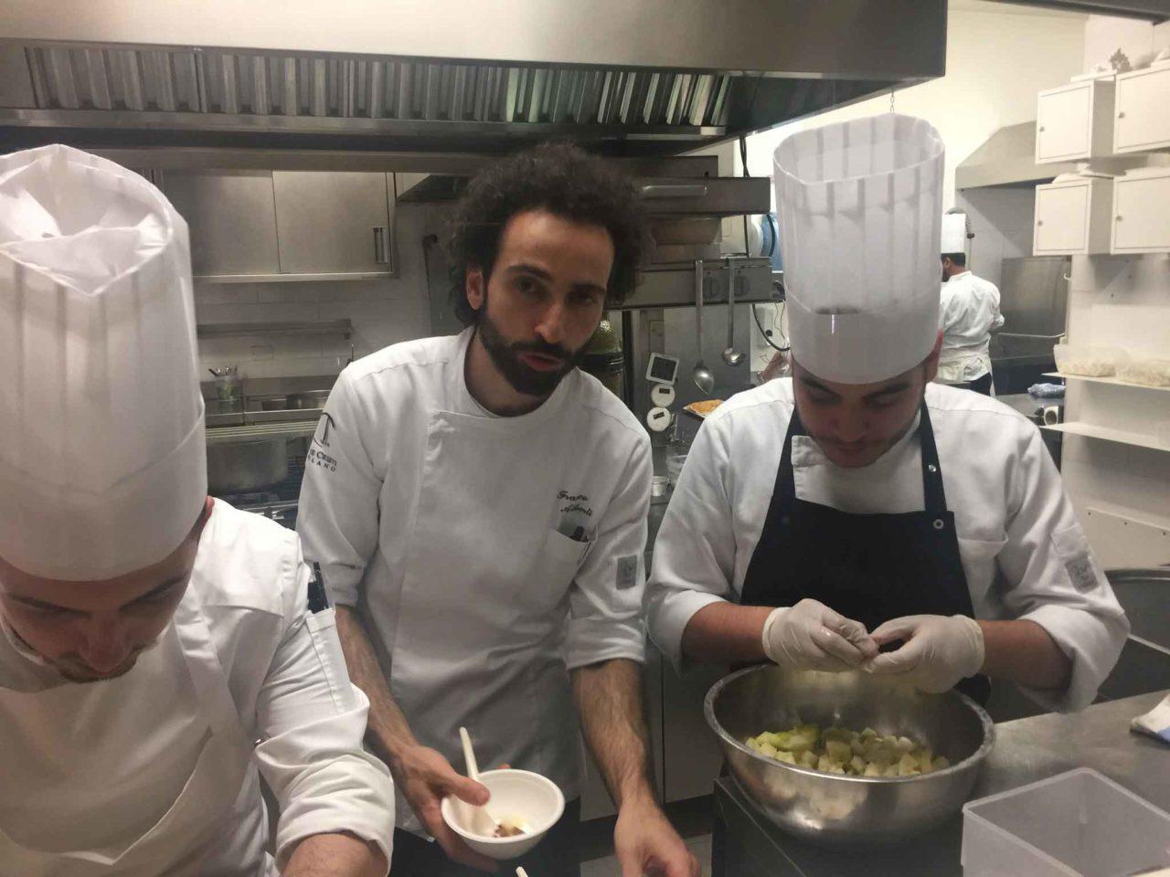 lo chef Franco Aliberti nella cucina del ristorante Tre Cristi Milano
