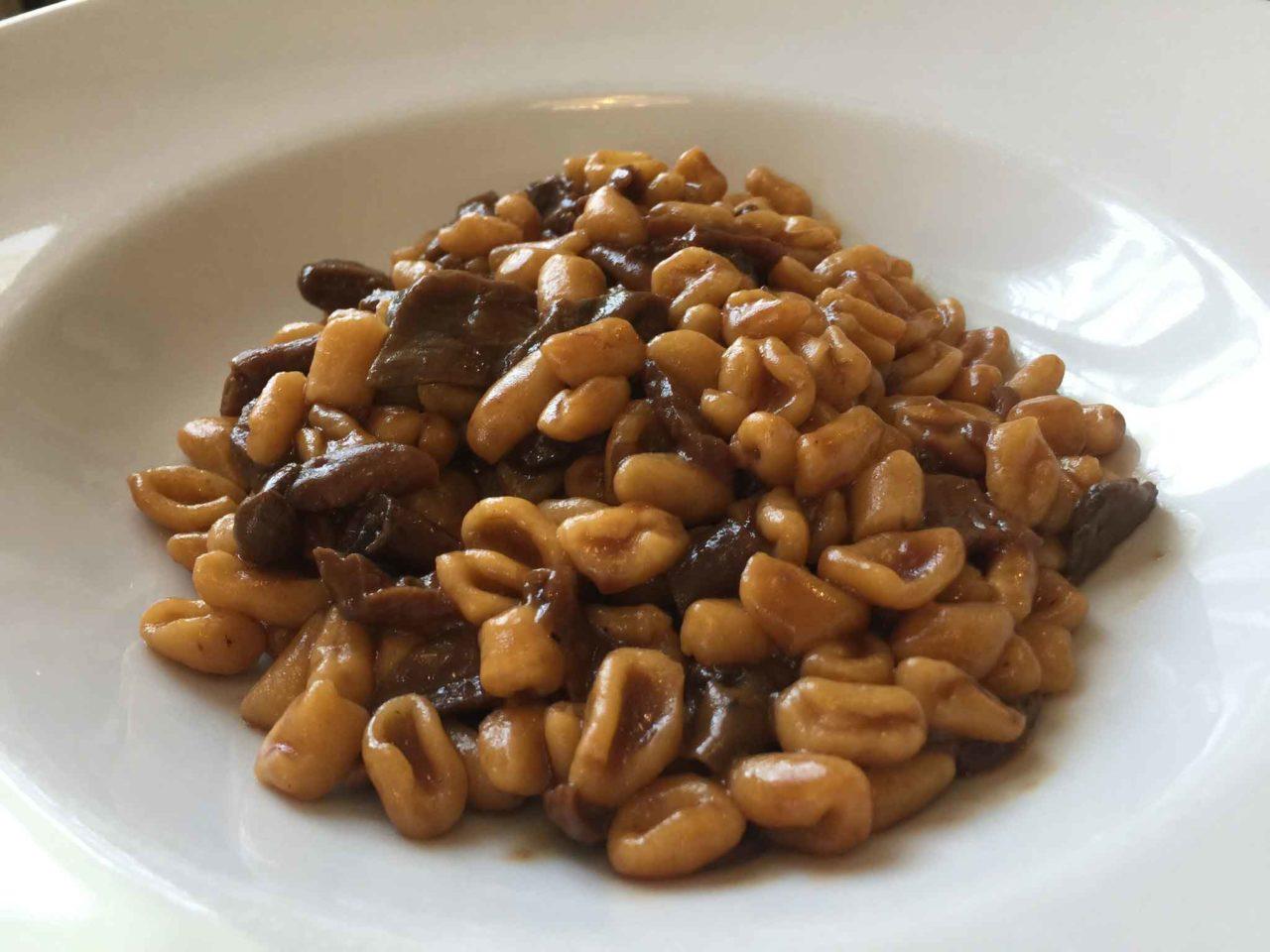 Trattoria dai Sibani un piatto di pisarei con sugo di funghi