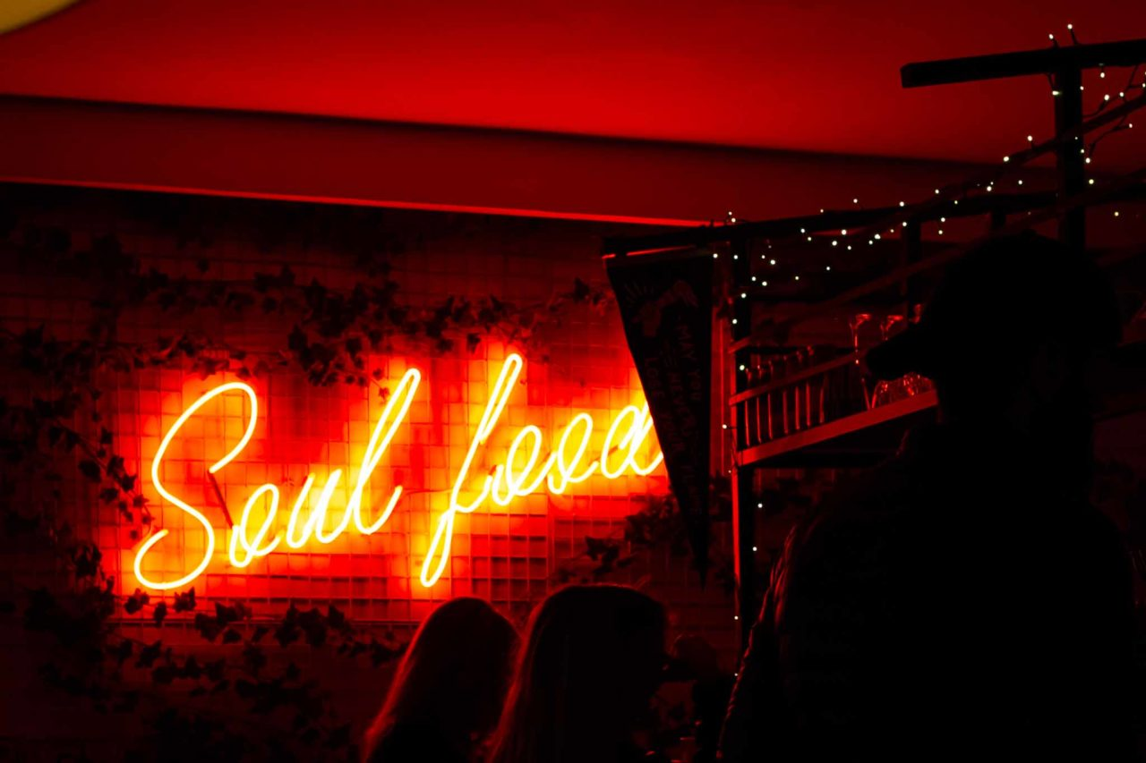 soul food insegna neon crispy Mafya