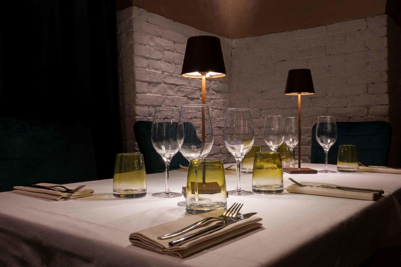 tavolo ristorante di sera e lockdown totale