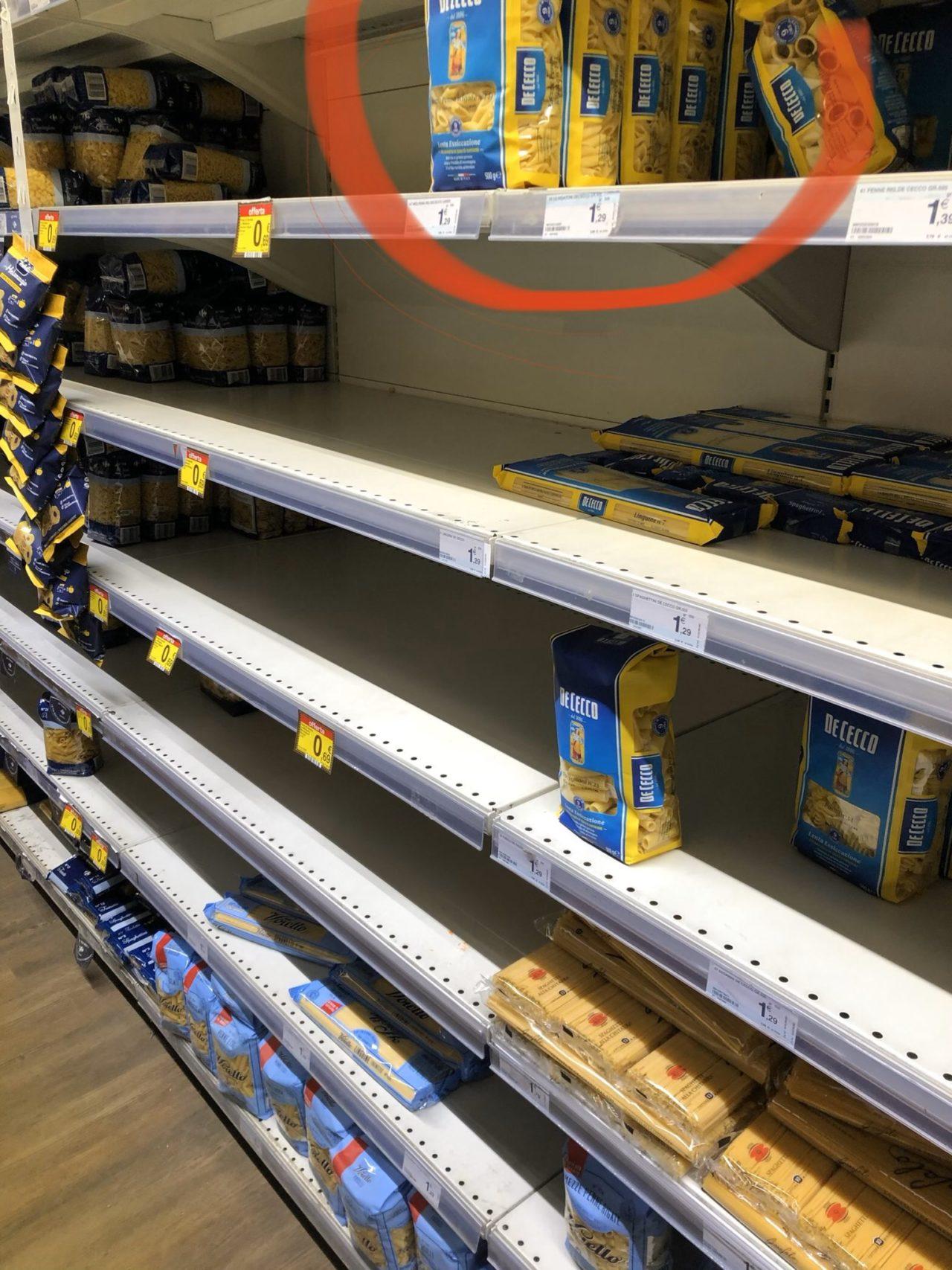le penne nel supermercato svuotato sono rigate e non lisce