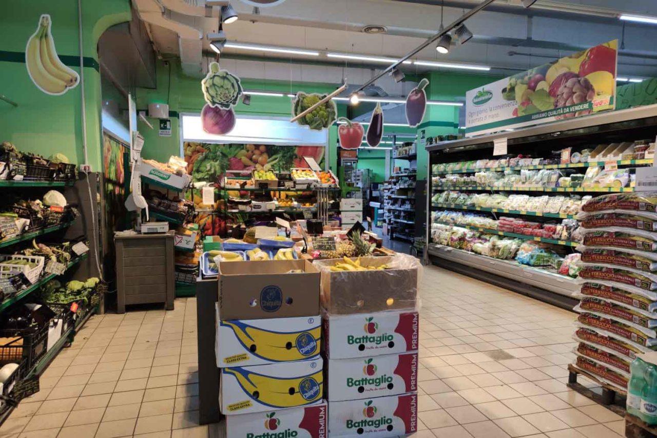 supermercato con verdura e frutta fresca