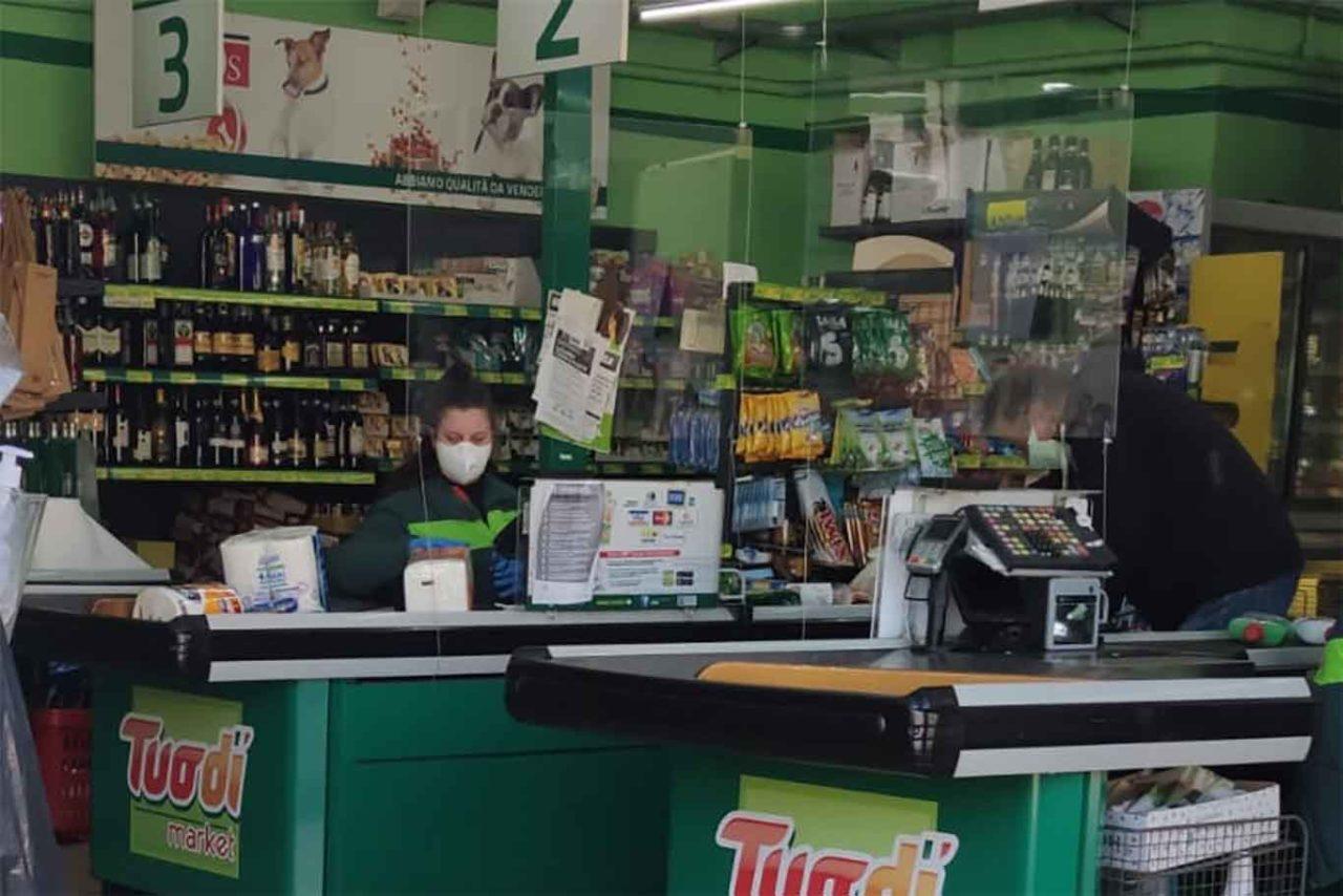 lastre in plexiglass a protezione degli operatori dei supermercati