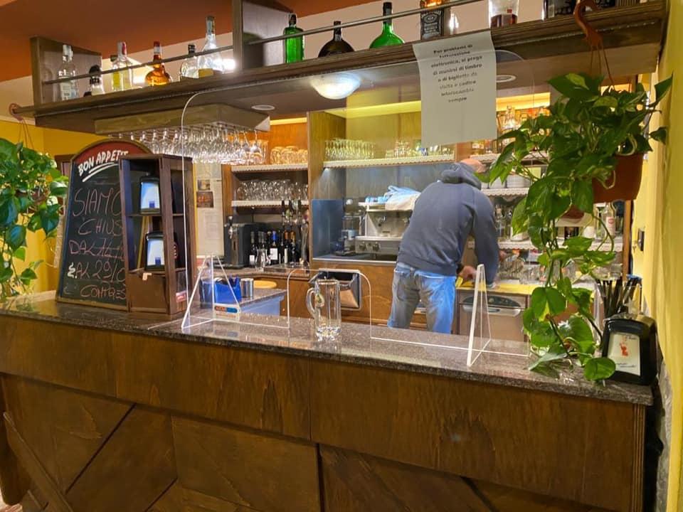 Il bancone del bar diviso dalla sala con il plexiglass