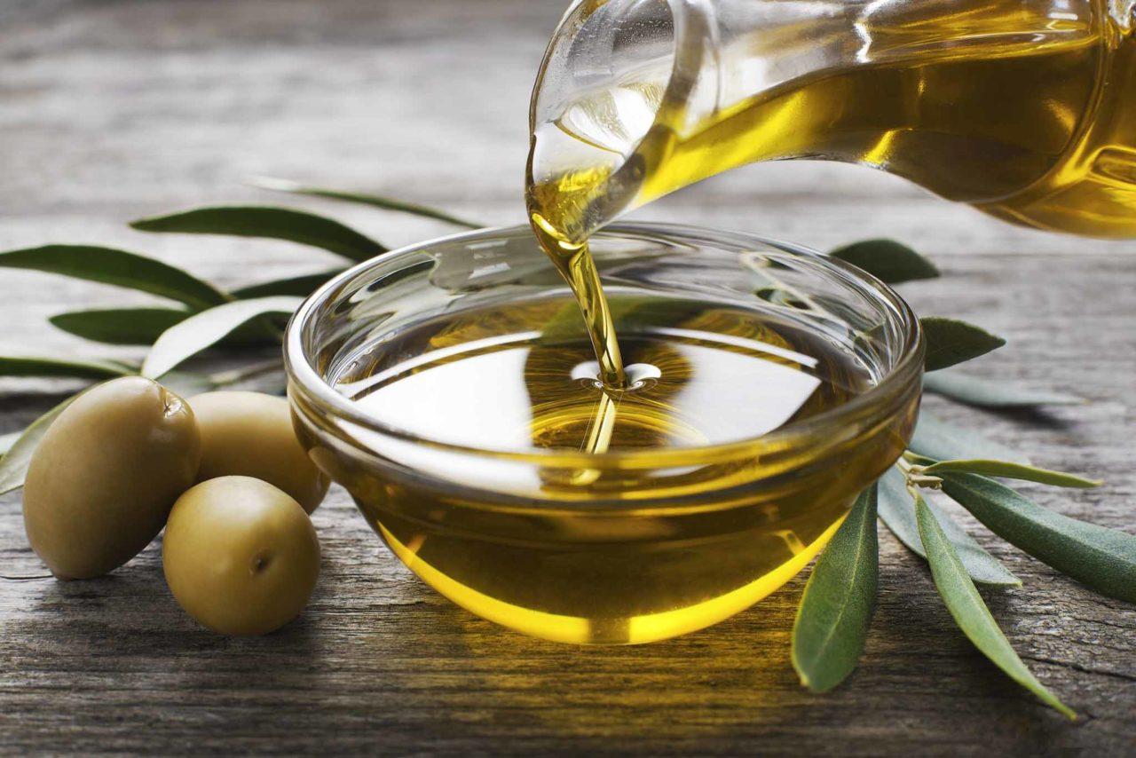 olio extravergine di oliva filo d'olio in ciotola