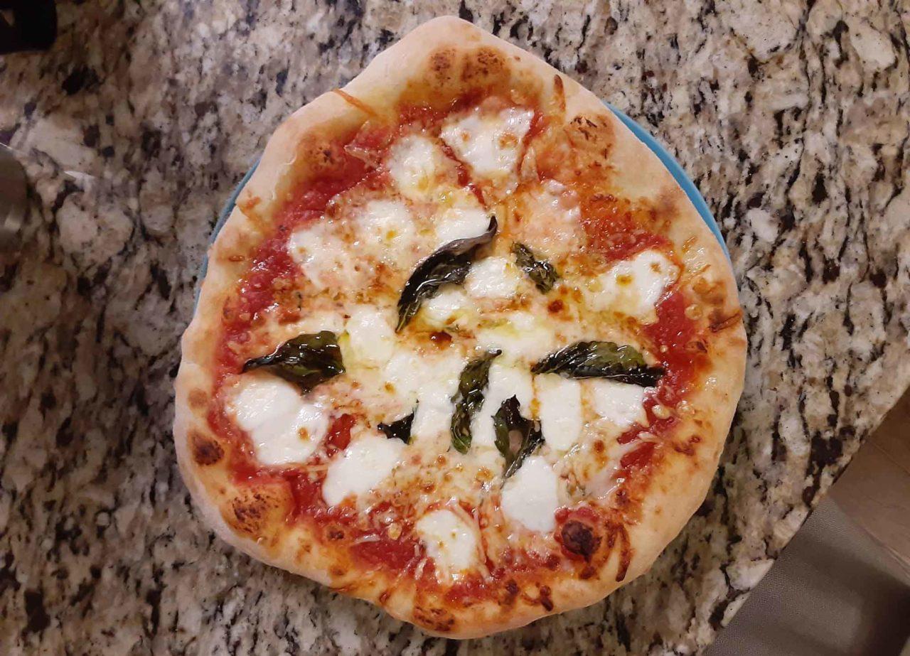 ottima pizza napoletana cotta nel barbecue