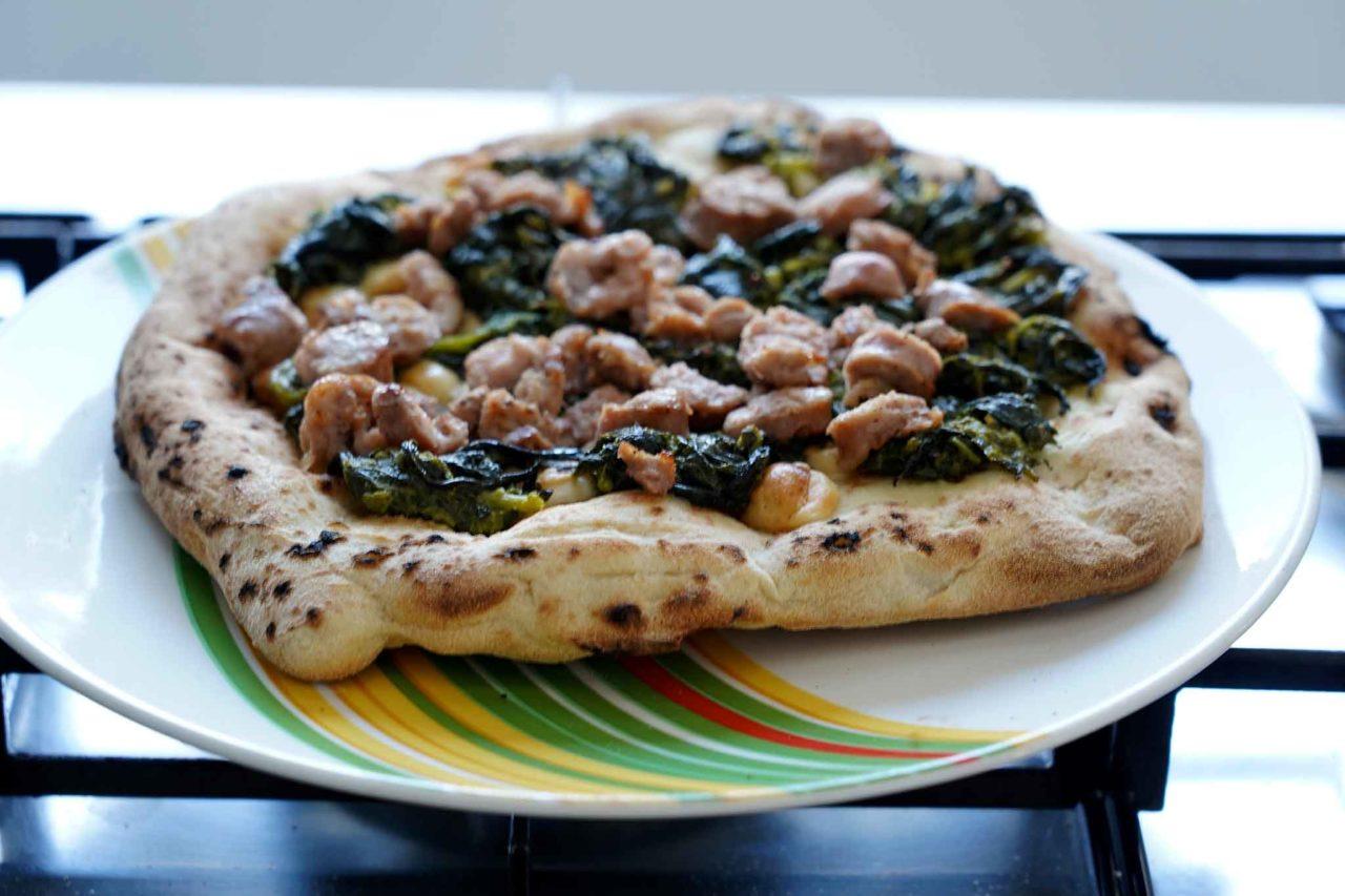 pizza a casa salsiccia e friarielli