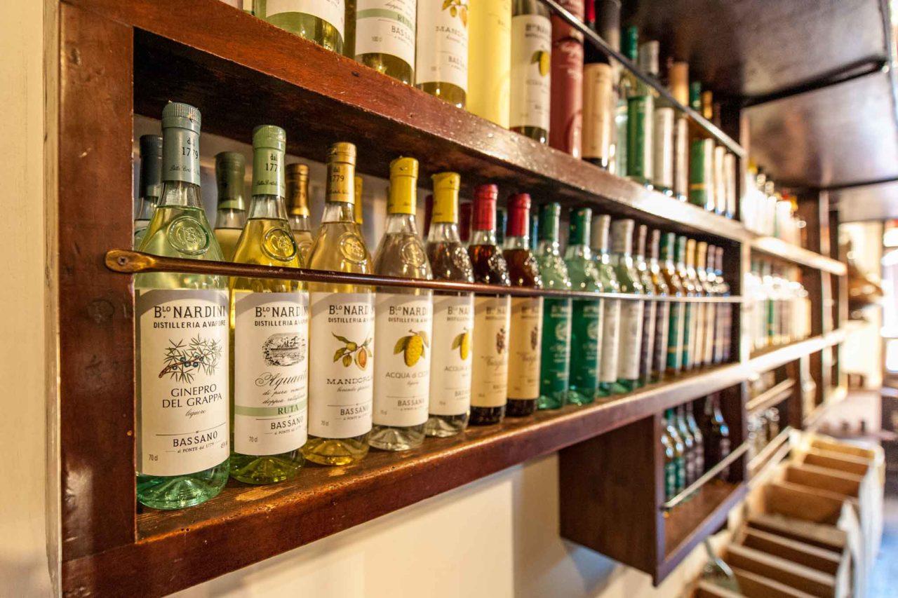 La bottiglieria della grapperia Nardini a Bassano del grappa