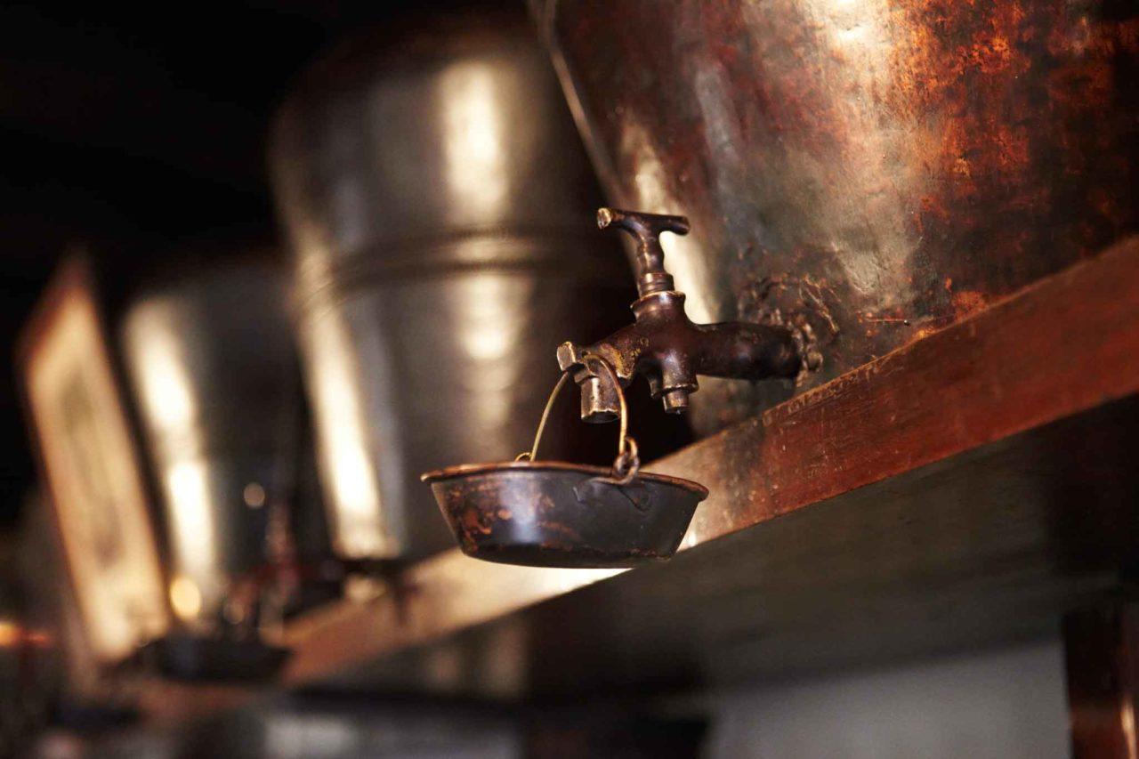 Le giare di rame per la grappa della distilleria nardini