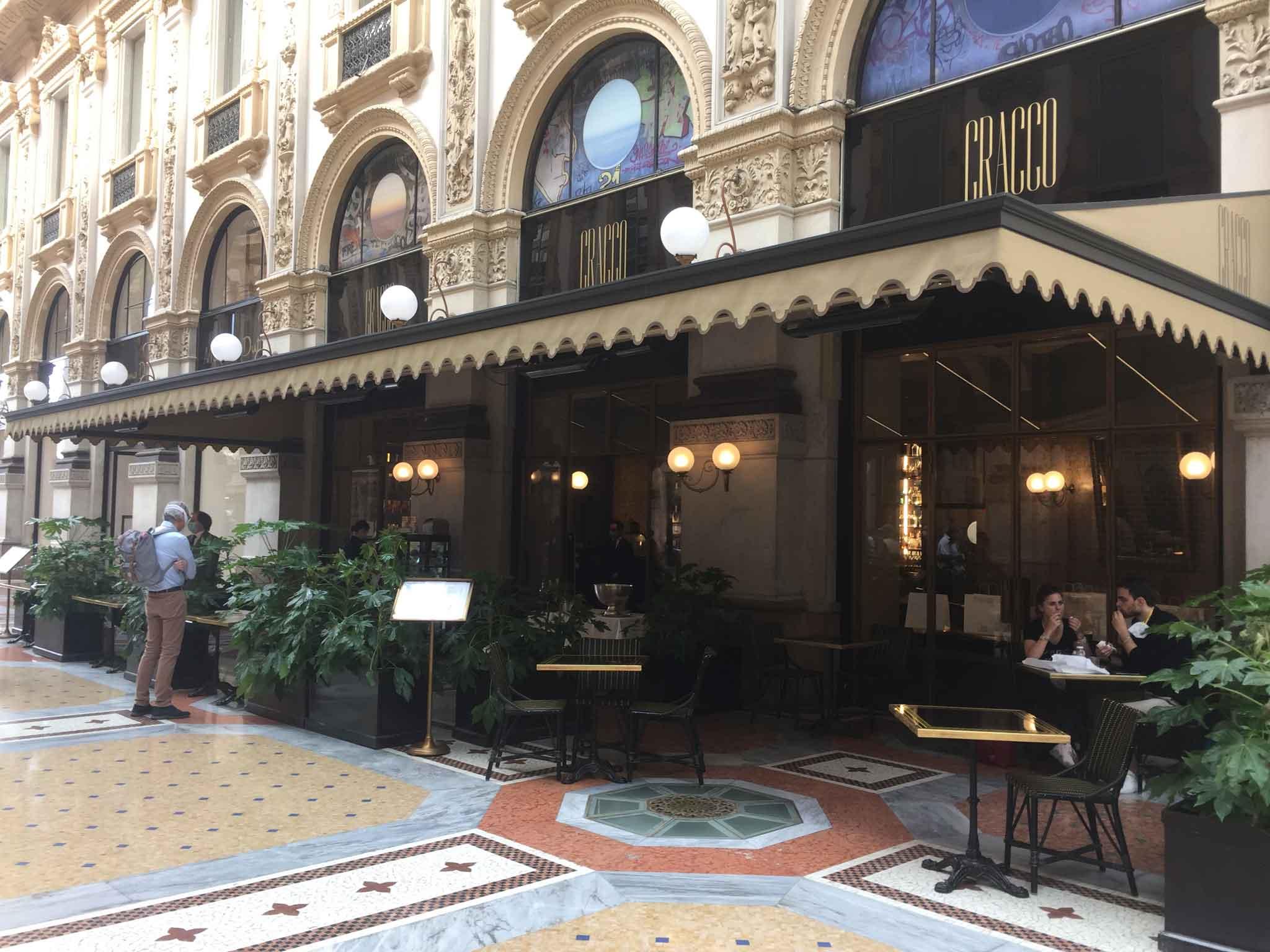 Il dehors del ristorante bistrot di Carlo Cracco a Milano aperto per asporto