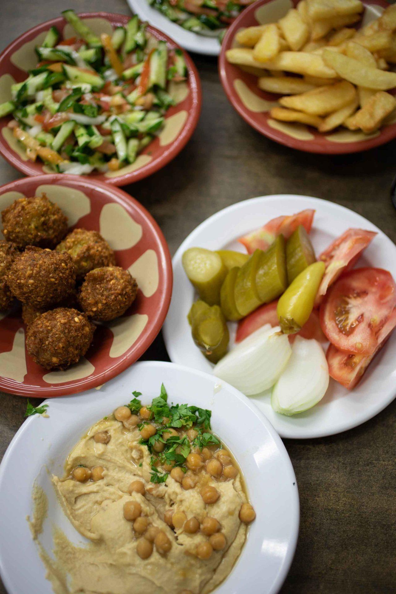 Hummus falafel e verdure chef Ariel Rosenthal Hakosem Tel Aviv