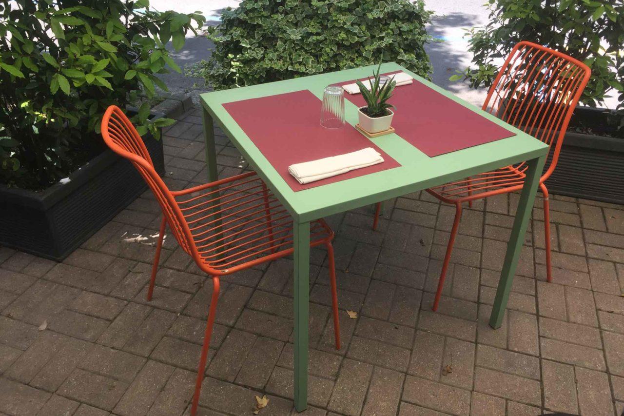 un tavolo del dehors della cucina dei frigoriferi milanesi ph Bonati