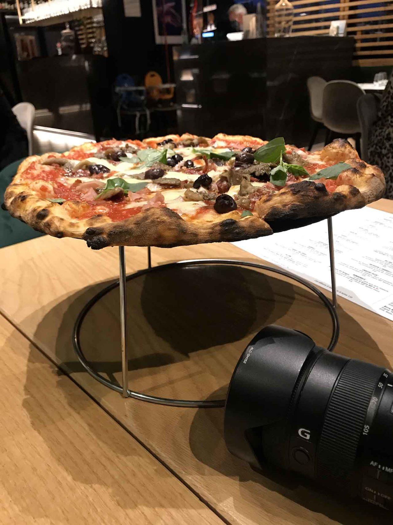 pizza capricciosa e macchina fotografica