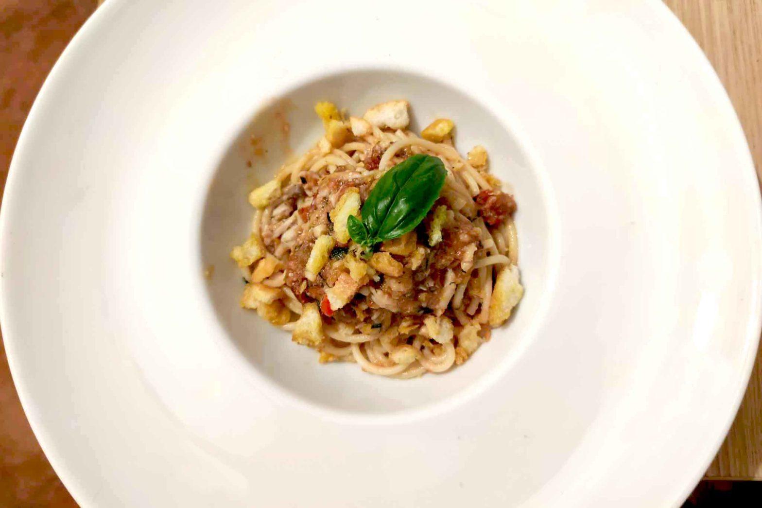 spaghetti al pesto trapanese con alici fresche