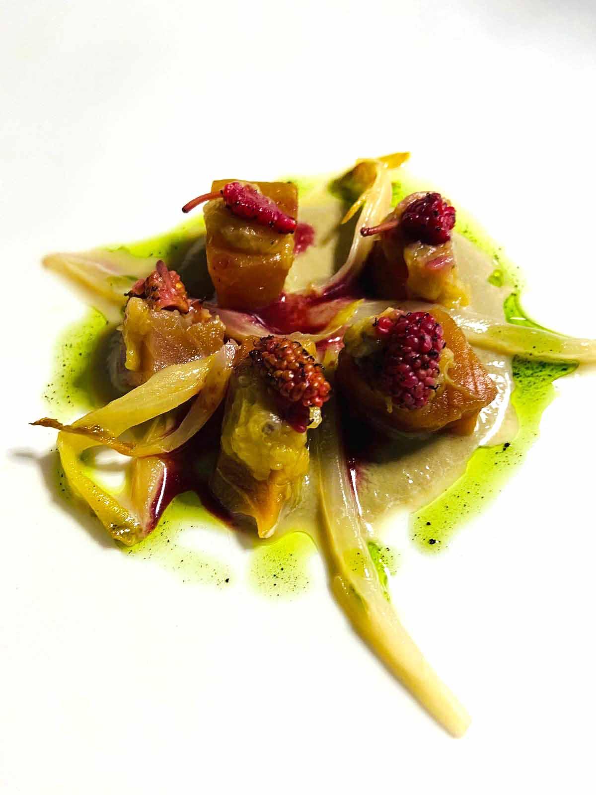 Ricciola marinata in soia e miele, alla griglia, poco cotta, salsa di champignon e chartreuse, olio al plancton