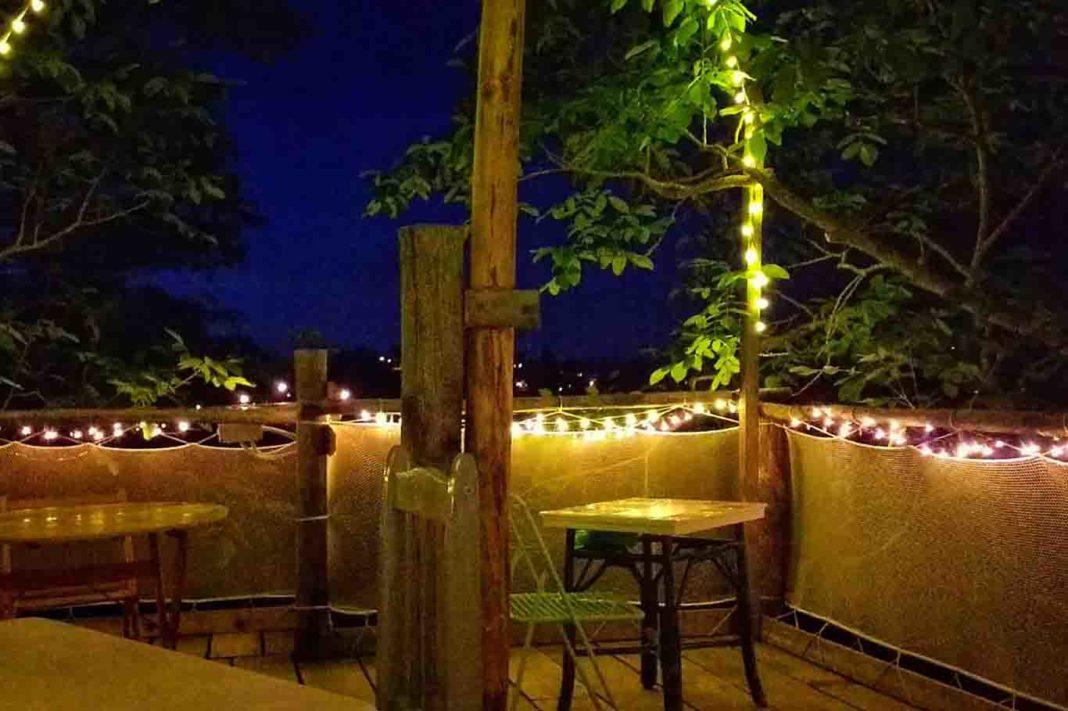 Poggio Brico tavoli sulla terrazza tra gli alberi