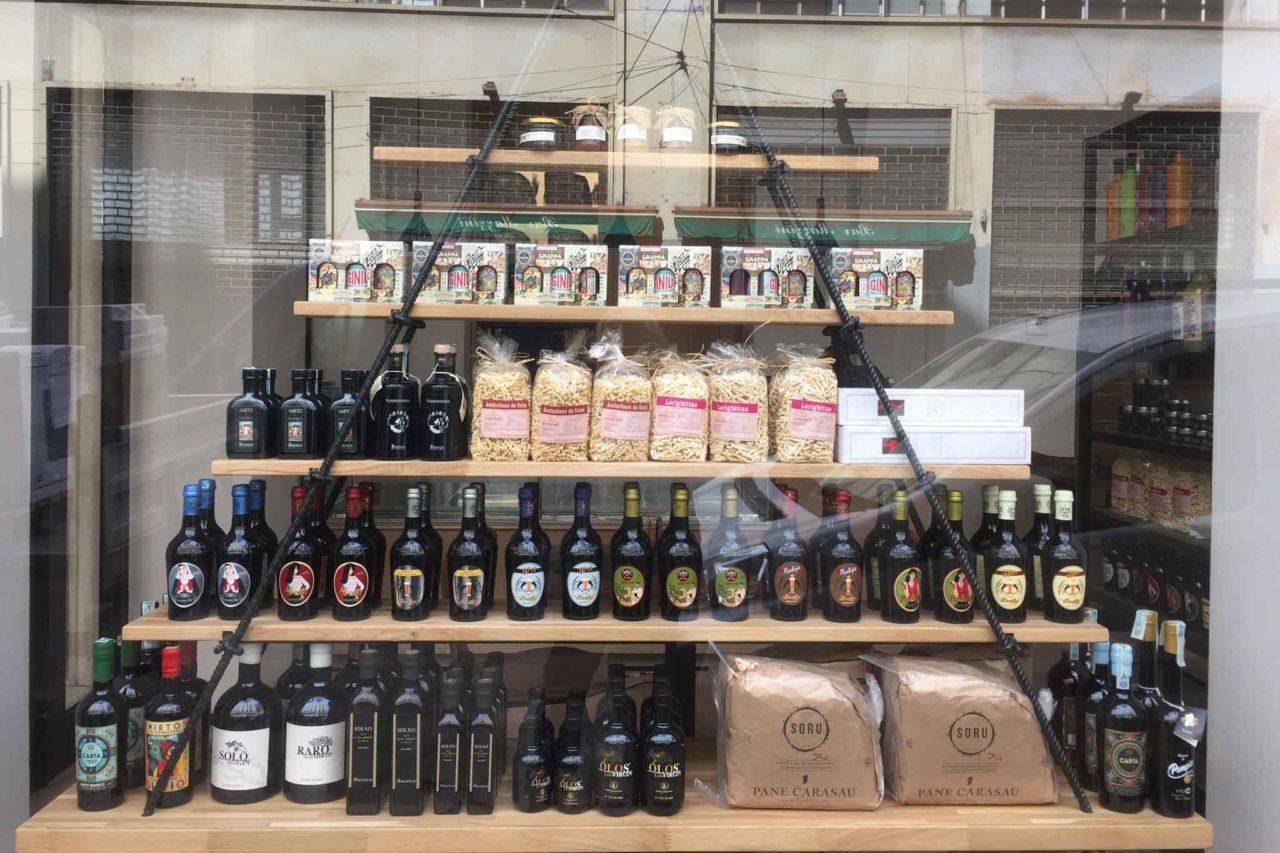 la vetrina di frades in via mazzini prodotti sardi