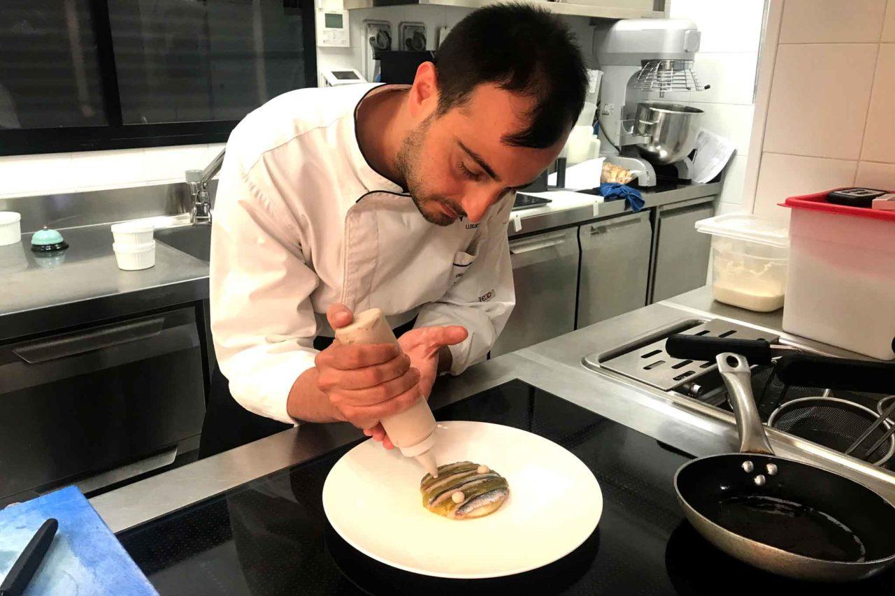 La preparazione del piatto con le alici