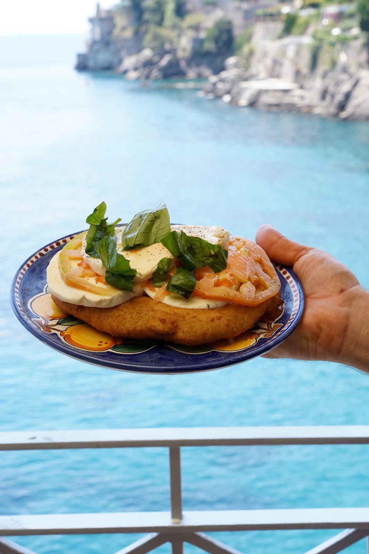 pizza fritta Caprese sul mare della Costiera Amalfitana