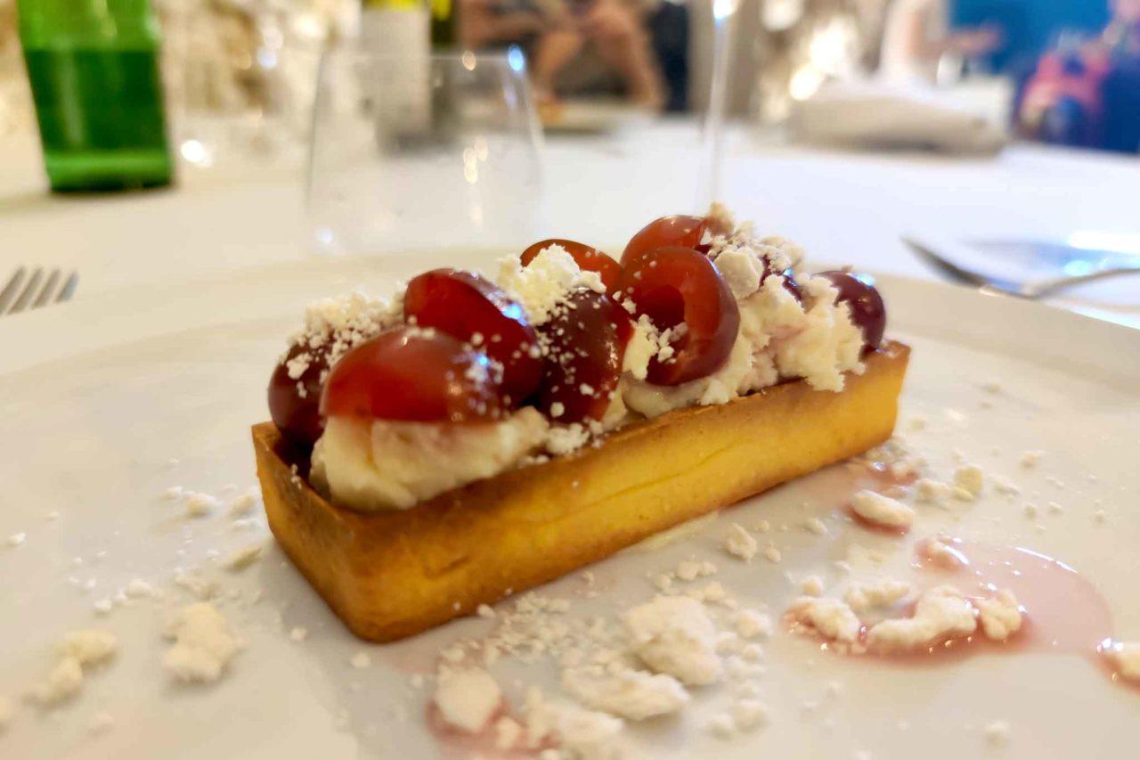 tartelletta ricotta ciliegie marinate e cioccolato bianco