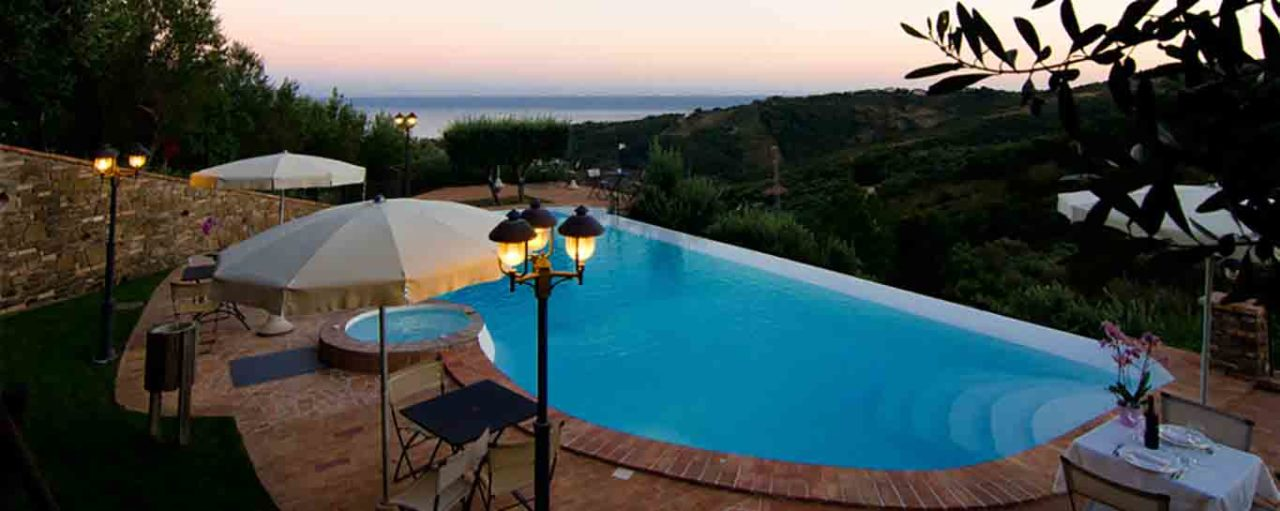 Locanda Le Tre Sorelle Casal Velino piscina con veduta