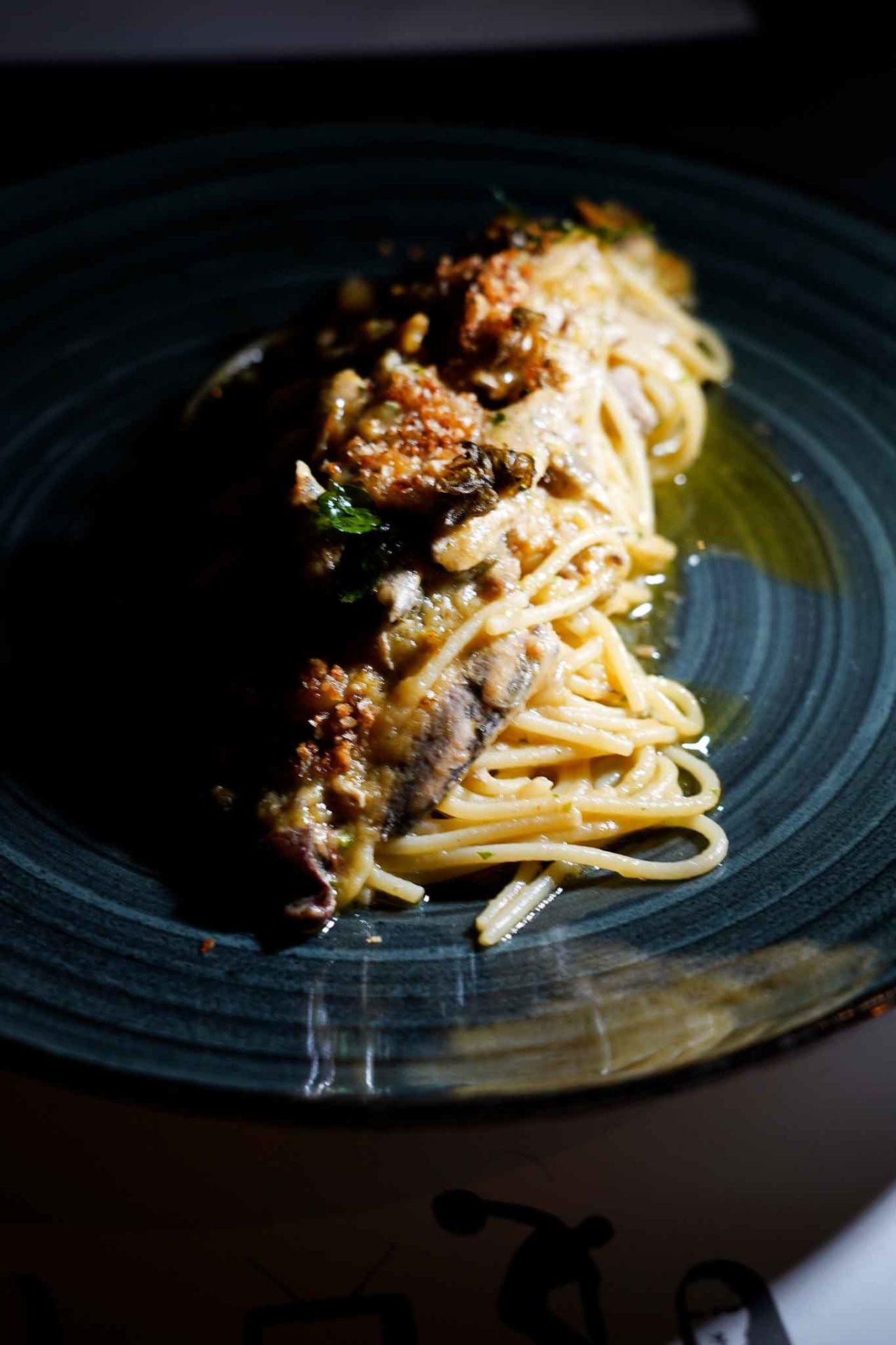 spaghetti alla puttanesca di mare con le alici